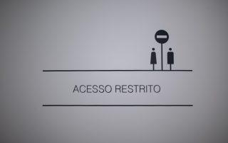 Sinaléctica acesso restrito. Clínica em Leiria.